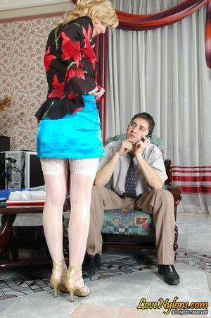 Секретарша без трусиков соблазнила босса 5 фото