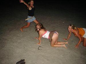 Пьяные девушки демонстрируют свои прелести 1 фото