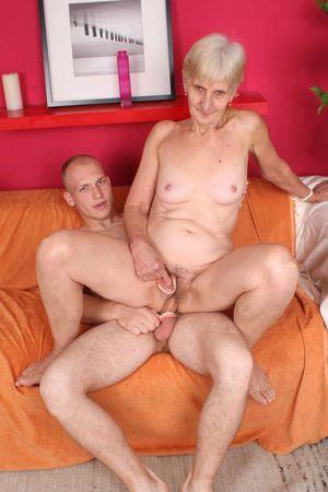 Бабушка дрочит вставной челюстью и ебется с внуком 9 фото