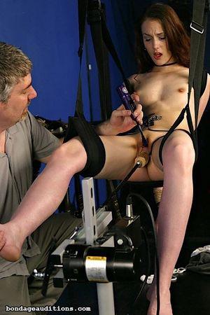Девушка с маленькими сиськами на качелях испытала на себе действие секс-машины 13 фото
