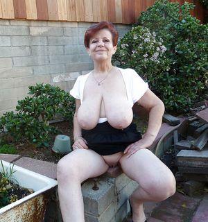 Бабуля без комплексов выставила свои титьки 1 фото