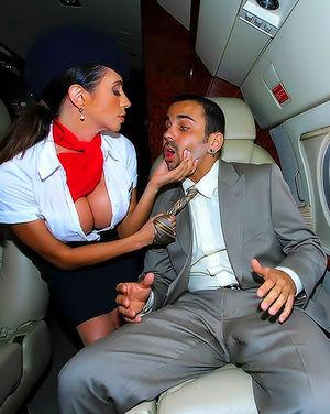 Богатый парень трахает стюардесс в самолете 1 фото