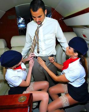 Богатый парень трахает стюардесс в самолете 2 фото