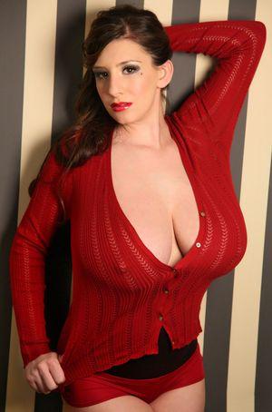 Женщина в красной кофточке. 4 фото