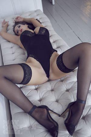 Эротические фото страстной брюнетки. 4 фото