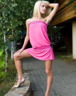 Блонда светит розовой пиздой на улице 0 фото