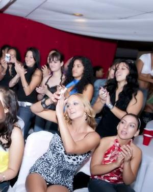 Замечательные девочки в ночном клубе полируют прибор приятного стриптизера 9 фото