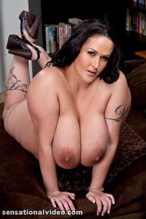 Carmella Bing с пышными формами 14 фото