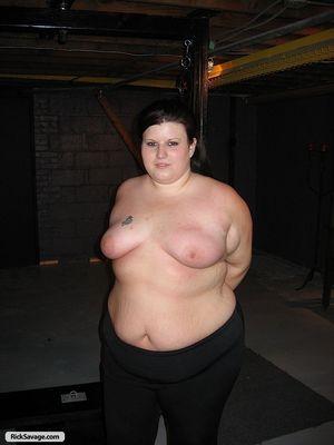 Толстушка попробовала БДСМ со свечей 0 фото