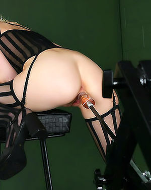 Блондинка кайфует от проникновения секс машины в пизду 10 фото