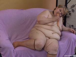 Пожилая толстушка играет с длинным дилдо 7 фото