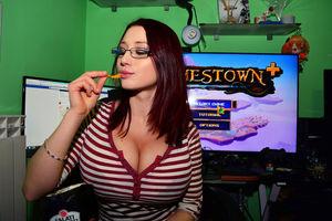 Любительница компьютерных игр показывает свои сиськи 18 фото