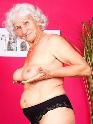 Развратная бабуля любит горячий секс.
