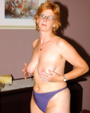 Развратная зрелая женщина, мастурбирует на работе 5 фото