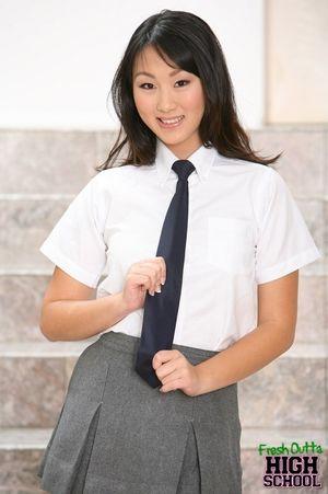 Скромная азиатская студентка оголяет стройное тело 6 фото