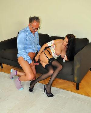 Зрелый мужик вогнал пенис в задницу молодухе 13 фото