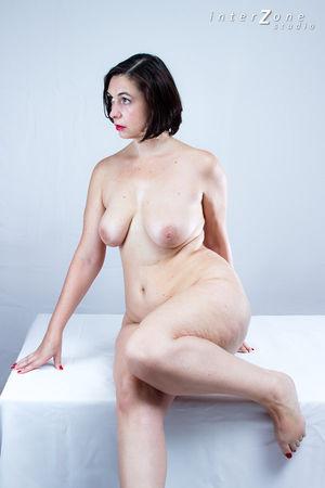 Дамочка показала свое прелестное тело 7 фото