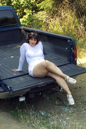 Упитанная тетка разделась в кузове пикапа в лесу 4 фото