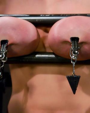 Жесткий БДСМ грудастой брюнетки 8 фото