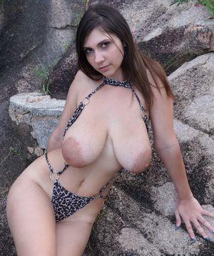 Брюнетка в леопардовом купальнике 3 фото
