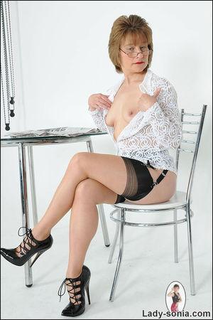 Скромная бабуля задрала юбку и показала трусики 7 фото