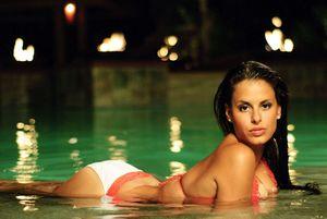 Телка с большими буферами плавает в бассейне 7 фото
