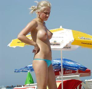 Девахи загорают на пляже голыми. 6 фото