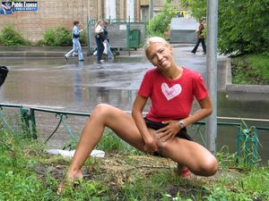 Блондинка трахает себя самотыком на улице. 6 фото