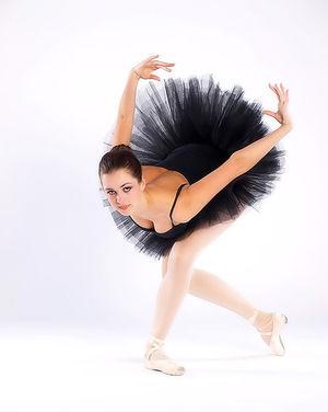 Балерина в чёрной пачке демонстрирует свою классную гладкую пилотку 2 фото