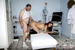 Старый доктор поимел молодуху на медосмотре 1 фото