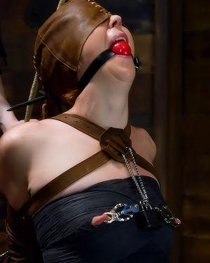 Рыжая бестия наказала непослушную любовницу 0 фото