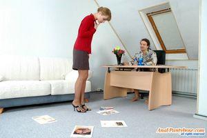 Секретарша ублажает босса на работе. 3 фото
