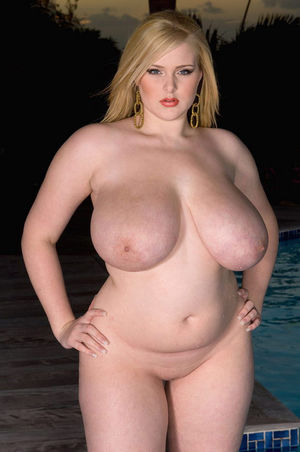 Толстая блондинка в купальнике 3 фото
