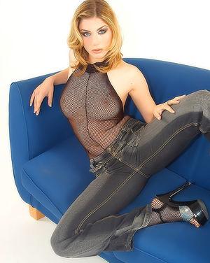 Блондинка гладит стройное тело сквозь сексуальный костюм 2 фото