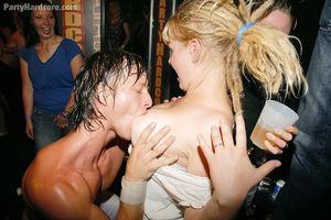 Стриптизеры ублажают толпу ненасытных девушек 13 фото