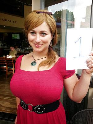 Самочка с большой грудью показывает домашние фото