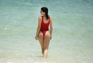 Американская модель отдыхает на пляже(Кайли Дженнер)