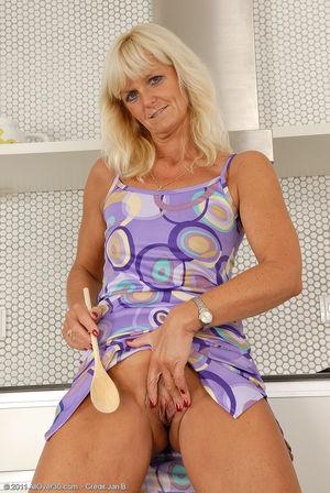 Пожилая блондинка раздвинула ноги на кухне 13 фото