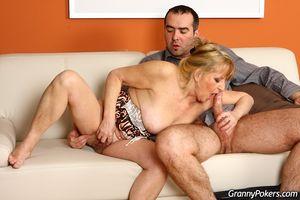 Пожилая 60-летняя женщина на диване отдается молодому соседу
