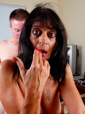 Старая страшная женщина уговорила на секс молоденького самца