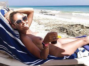 36-летняя блондинка делает эротические фото на отдыхе 7 фото