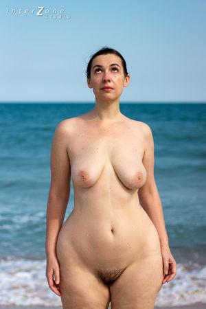 Голая женщина с широкими бедрами на пляже 1 фото