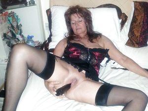Женщина за 40 тыкает в пизду черный вибратор 2 фото