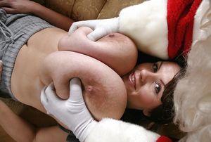 Грудастая брюнетка готовится к рождеству 10 фото