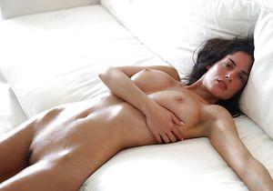 Сексуальная брюнетка показывает свои прелести 3 фото