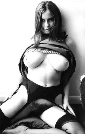 Черно-белое фото девки с волосатой киской 1 фото