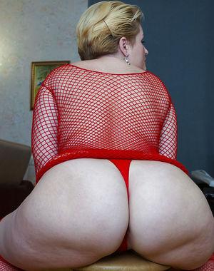 Мамка в сексуальном красном наряде 11 фото