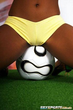 Красивая негритянка в футбольной форме 10 фото