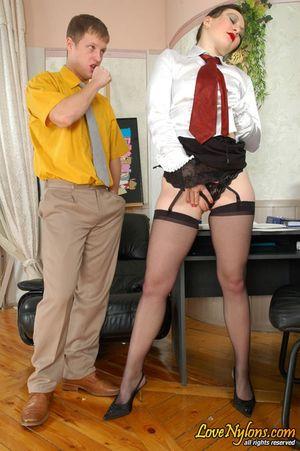 Зрелая русская секретарша дала приласкать свою промежность посетителю офиса 6 фото