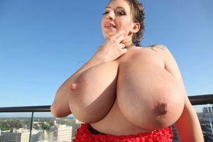 На болконе с большими грудями September Carrino 11 фото
